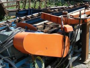 Pozdľžny žlabový dopravník s hydraulickým vyhadzovaním guľatiny, dľžka 15m